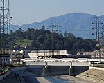 Поезд Metrolink пересекает реку Лос-Анджелес.jpg