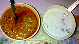 Mirchi ka salan e Dahi chutney (a destra), servite come accompagnamento all'Hyderabadi biryani