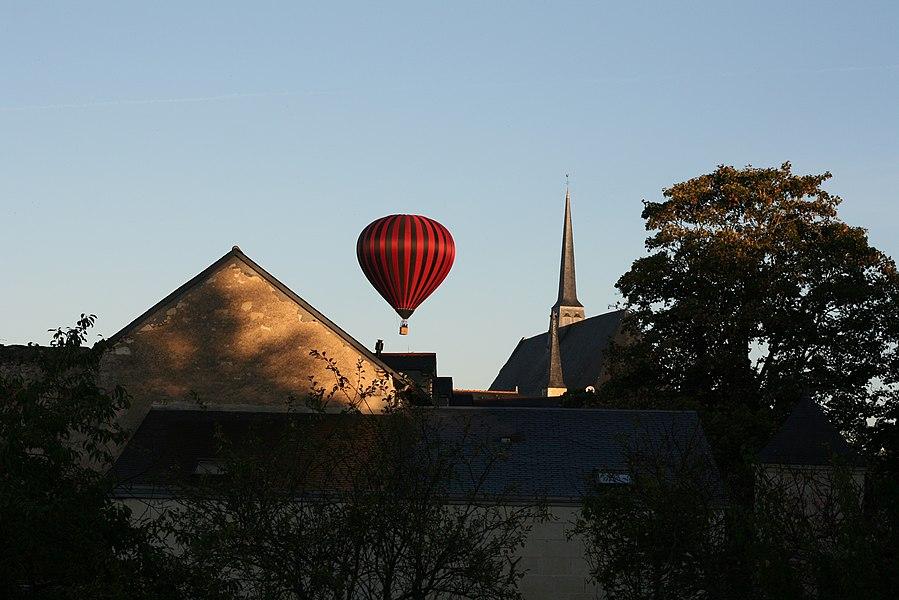 Mongolfière survolant le château de Montreuil-Bellay