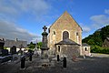 Monument aux morts et église Saint-Pierre de Saint-Pierre-de-Semilly.jpg