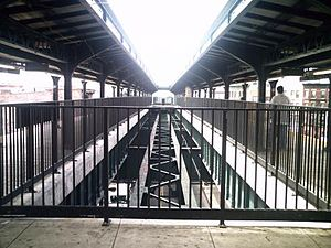 Myrtle–Wyckoff Avenues (New York City Subway) - The center trackway at Wyckoff Avenue