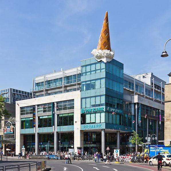 File:Neumarkt-Galerie, Köln mit Skulptur Dropped Cone - Claes Oldenburg und Coosje van Bruggen-8364.jpg