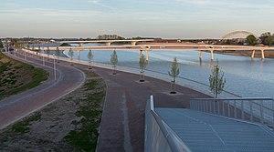 Waalbrug - Image: Nijmegen, de (Verlengde) Waalbrug RM523067 en de Lenteloper positie 2 foto 7 2016 05 05 20.22