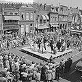 Optreden op iedere donderdag van de Bolswarder Skotsploeg voor toeristen te Bols, Bestanddeelnr 910-4694.jpg