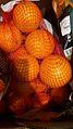Orangennetz (Girsack) im Supermarkt.jpg