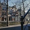 Overzicht van de voorgevels, nummer 100 is het toegangspand van de Genestetkerk - Delft - 20384411 - RCE.jpg