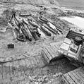 Overzicht van een gedeelte van de kap met tongewelf. Het betreft hier een lading van een schip, gevonden in de Flevopolder, bij Almere. Onderdelen van een kap met houten gewelf uit circa 1400. - Almere - 20317023 - RCE.jpg