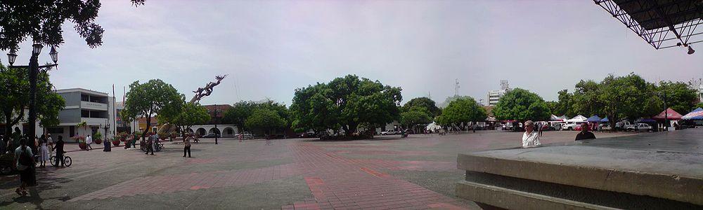 Panorámica de la plaza Alfonso López Pumarejo. Al fondo, el monumento 'La revolución en marcha' y la alcaldía.