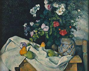 Fleurs dans un pot de gingembre et fruits