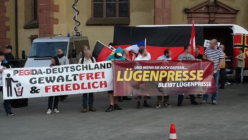 Datei:Pegida Banner, Lügenpresse Banner.jpg