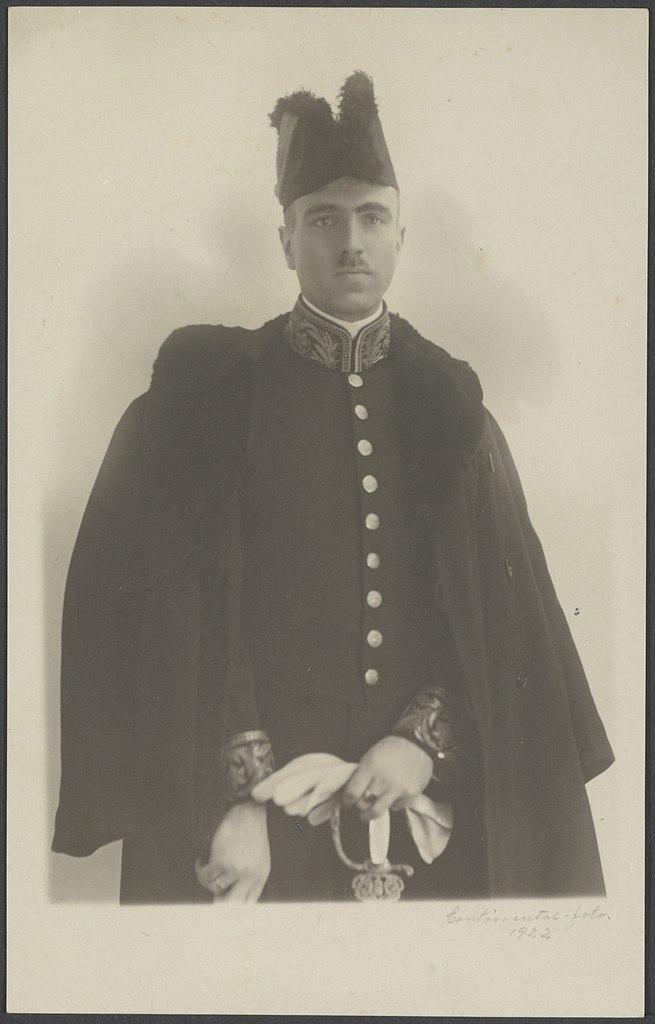 file portret van ph c visser in zijn ambtskostuum als attache aan  Kleidung Mntel C 10_24 #6