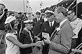 Prins Bernhard bij Nationaal Waterkamp 1970 te Vinkeveen Prins Bernhard krijgt , Bestanddeelnr 923-6507.jpg