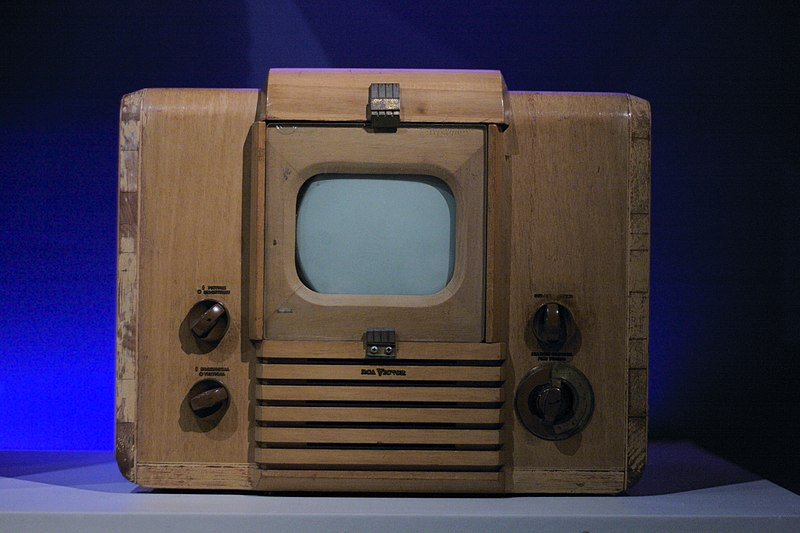File:RCA 621TS Television Receiver (1946) with optional blonde cabinet, MoMI.jpg