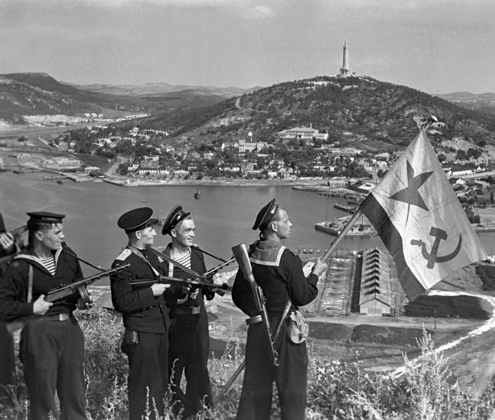 RIAN archive 834147 Hoisting the banner in Port-Artur. WWII (1941-1945)