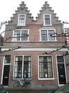 foto van Huis met geheel bakstenen trapgevel en pui