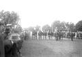 Rennteilnehmer stellen sich mit ihren Pferden am Start auf - CH-BAR - 3239967.tif