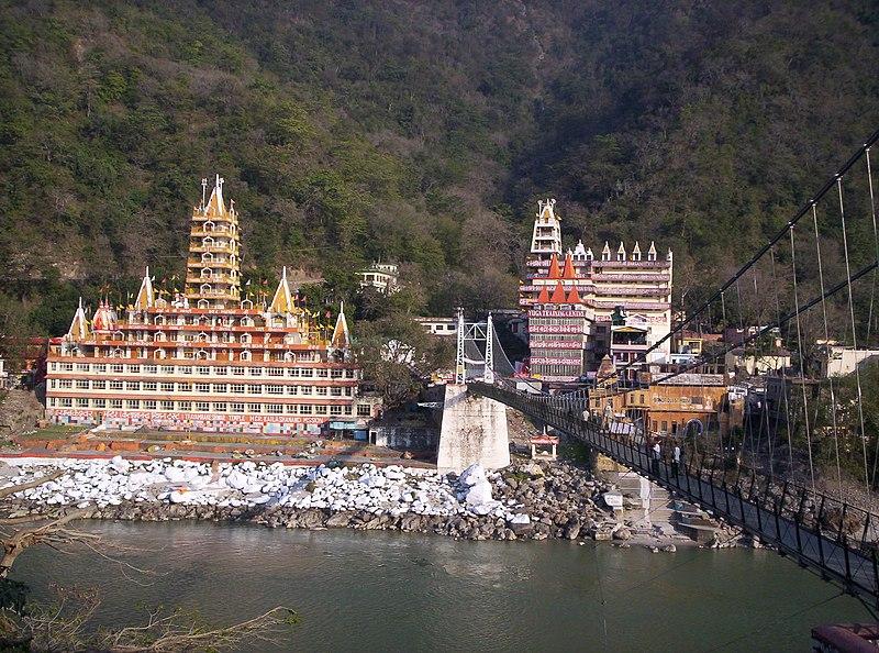 Rishikesh vista através de Lakshman Jhula ponte sobre o Ganges