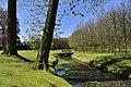 Ruisseau entre arbres et pelouses (28911943195).jpg