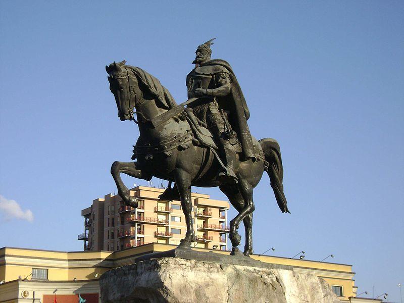 File:Ruiterstandbeeld Skanderbeg in Tirana.jpg