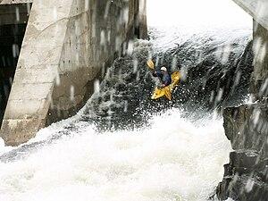 Kipawa River - Image: Running dam 2