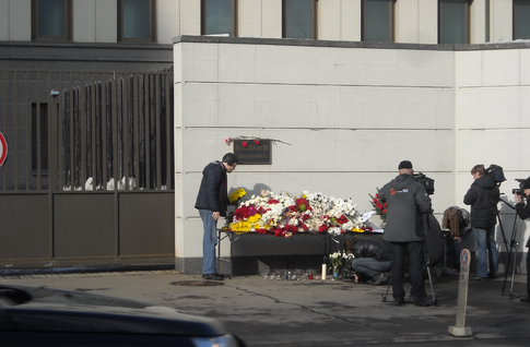 Russian people take flowers to the embassy of Japan in Moscow after the 2011 earthquake. Image: Elmor.