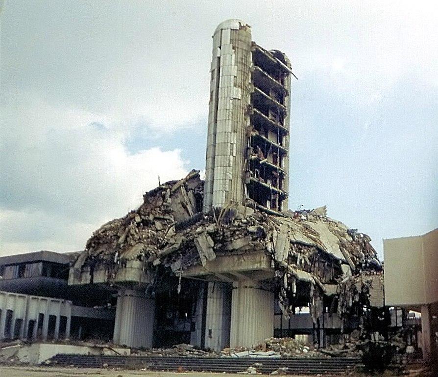 Edificio del diario Oslobodenje, parcialmente destruido durante el sitio de Sarajevo. A pesar del ataque, el periódico continuó siendo publicado todos los días.