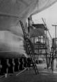 Schiff im Dock, Malerarbeiten am Heck.png