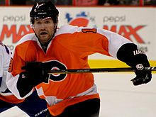 Photographie de Hartnell avec le maillot orange des Flyers de Philadelphie en 2010