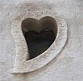 Sinagra - Finestra a forma di cuore (sfocata) - panoramio.jpg