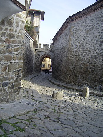 English: A small street with the Hissar gate, ...