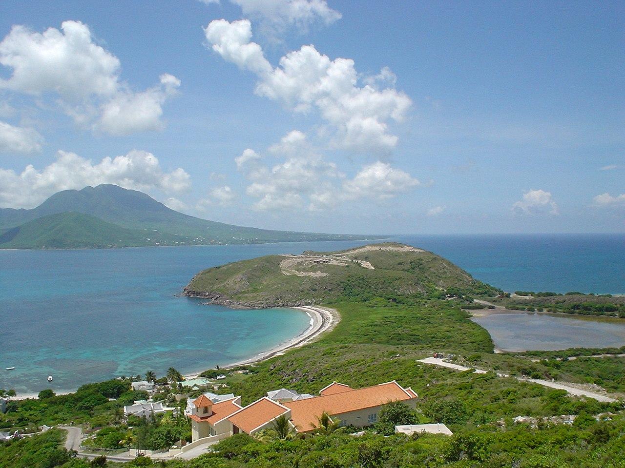 Pemandangan pulau Nevis dari semenanjung tenggara Saint Kitts