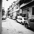 Straatgezicht met auto's die gerepareerd worden - Stichting Nationaal Museum van Wereldculturen - TM-20011752.jpg
