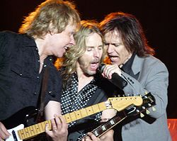 "Styx under en konsert 2008 (från vänster: James ""J.Y."" Young, Tommy Shaw, Lawrence Gowan)"