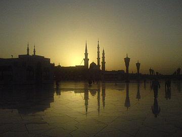 Sunrise at al-Masjid al-Nabawi.jpg