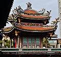 Taipeh Longshan-Tempel Zweiter Hof Türmchen.jpg