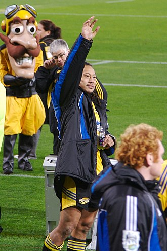 Tana Umaga - Tana Umaga farewelling fans during his final match