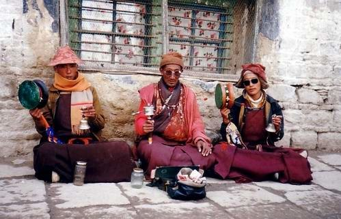 Three monks chanting in Lhasa, 1993.jpg