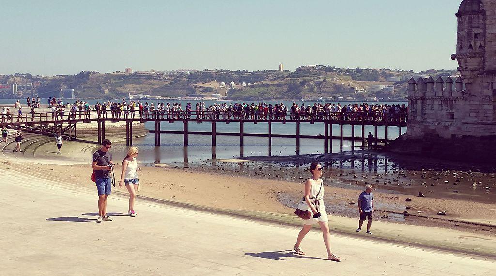Touristes sur la passerelle rejoignant la Tour de Belem à Lisbonne.