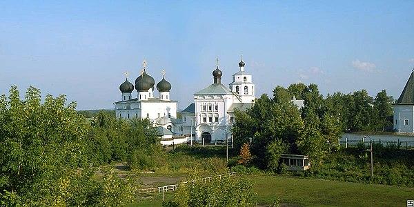 https://upload.wikimedia.org/wikipedia/commons/thumb/7/78/Trifonov_monastery_Kirov.jpg/600px-Trifonov_monastery_Kirov.jpg