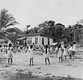 Tropenmuseum Royal Tropical Institute Objectnumber 20007615 Spelende schoolkinderen in Bigiston.jpg