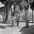 Twee vrouwen en een man, vermoedelijk een gids, pratend bij een religieus gebouw, Bestanddeelnr 255-0436.jpg