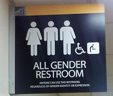 Pittogramma di una stanza da bagno per tutti i generi (WC unisex) presso la Metropolitan State University dell'Area metropolitana di Minneapolis-Saint Paul. Installato nel dicembre del 2015 la didascalia recita: