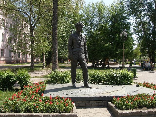 Памятник А. Вампилову в Иркутске