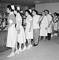 Verplegend personeel in de rij in de kantine van het Beilinson hospitaal te Peta, Bestanddeelnr 255-4913.jpg