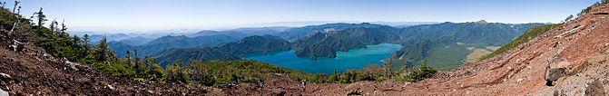 男体山の山頂付近(弥陀ヶ原)から見た中禅寺湖。湖の右側に広がる平地は戦場ヶ原