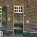 Voordeur met huisnummer en gedenksteen - Handel - 20331401 - RCE.jpg