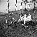 Vrouwen leggen bloemen op het graf van de Canadese militair HW Roszell, Bestanddeelnr 900-2648.jpg