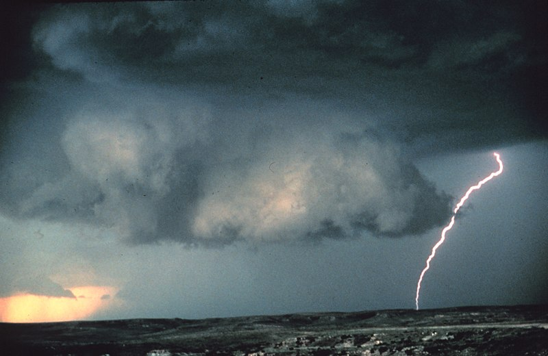 Fitxategi:Wall cloud with lightning - NOAA.jpg