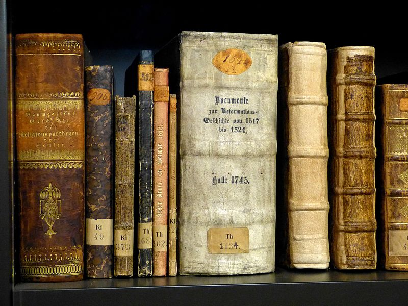 File:Wartburg Bücherei - Bücher 1.jpg
