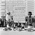 Wereld Dierendag 1964 , voederen van de dieren, Bestanddeelnr 916-9734.jpg
